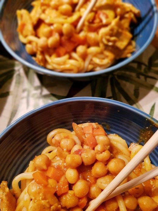 Curry z kurczaka i ciecierzycy z makaronem udon