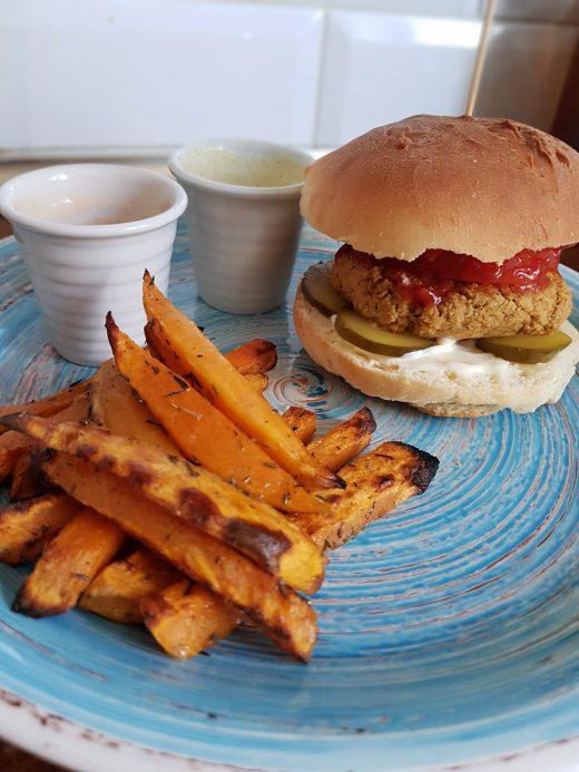 burger z falafelem i frytki z batatów