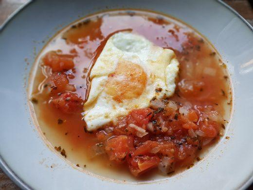 Pomidorowo-cebulowa zupa z jajkiem – kuchnia maderska