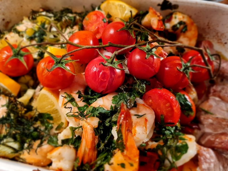 Morskie smakołyki - pieczony łosoś, tuńczyk i krewetki