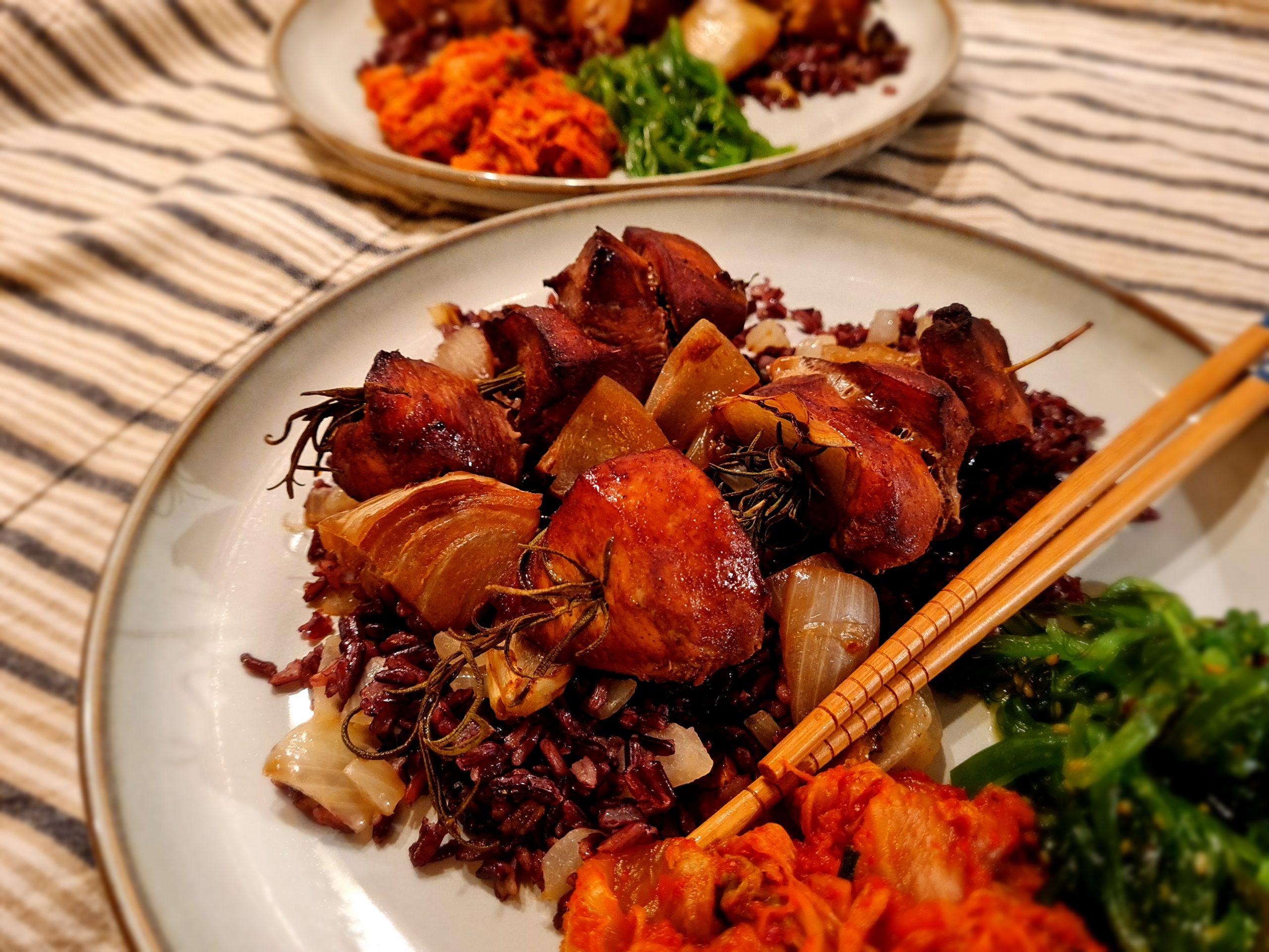 Azjatyckie szaszłyki z kurczaka na gałązkach rozmarynu