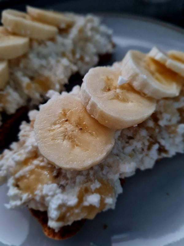 Kanapka z twarogiem i bananem