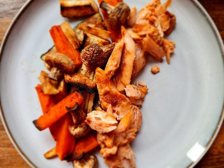 Fit pstrąg tęczowy w harrisie z pieczonymi warzywami