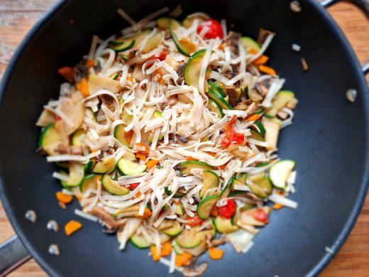 Makaron ryżowy z warzywami z woka